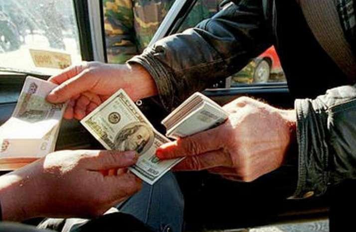 Стало відомо, чому українці масово міняють іноземну валюту на гривні