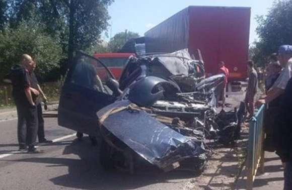 Один металобрухт: на Львівщині фура вщент розтрощила авто. Є загиблі