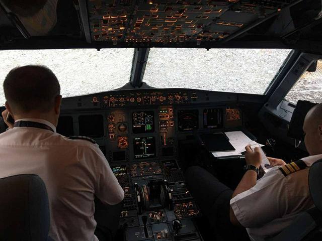 """""""Він не сяде не сяде…"""" Як українські льотчики посадили літак, під час апокаліптичного шторму у Туречинні. Відео шокує"""