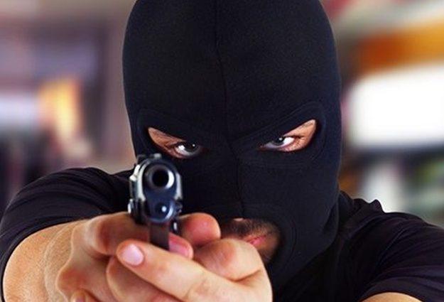 Озброєне пограбування!: У Одесі троє молодиків, розмахуючи пістолетами, обчистили підприємця