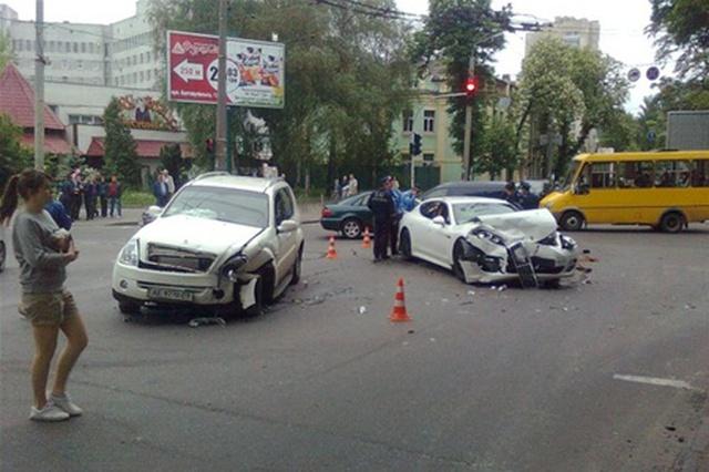 ЯКИЙ ЖАХ! Моторошна ДТП посеред Києва за участі кількох автомобілів. Серед постраждалих ДІТИ!
