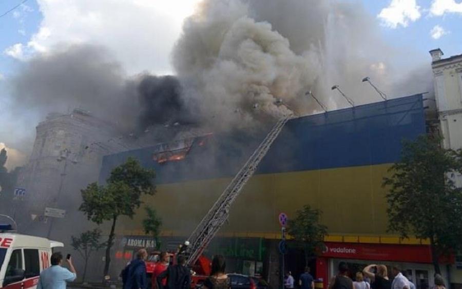 Все палає і чути вибухи: в центрі Києва страшна масштабна пожежа