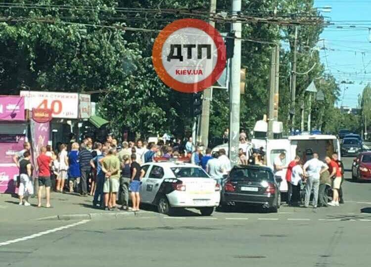 ТЕРМІНОВО!!! В Києві автомобіль влетів у натовп людей, постраждалих не можуть порахувати