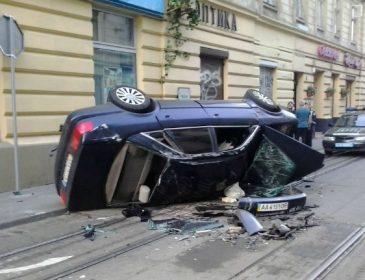 У самому центрі Львова сталася жахлива ДТП, автівку просто розчавило