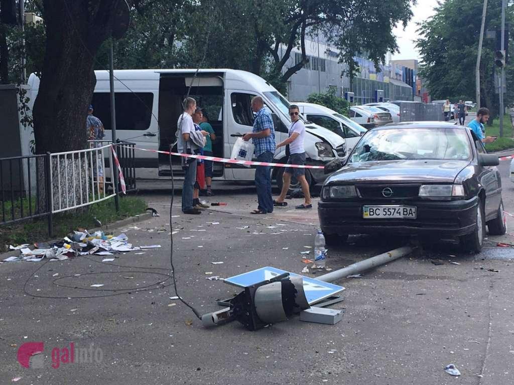 Таке не кожен день побачиш: у Львові сталася страшна ДТП, ще такого місто не бачило