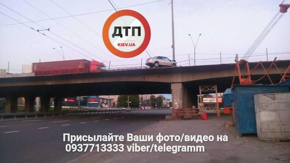 """""""Як він там опинився?"""": В Києві сталася """"містична"""" ДТП. Такого ви ще не бачили!"""