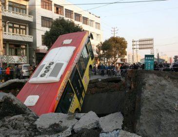 ПРОСТО ЖАХ! Величезне провалля просто проковтнуло пасажирський автобус. Ці кадри шокують!
