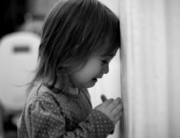 """""""Тиждень з трупом"""": Трирічна дитина пробула з мертвою бабусею в квартирі поки мама… Подробиці доводять до сліз"""