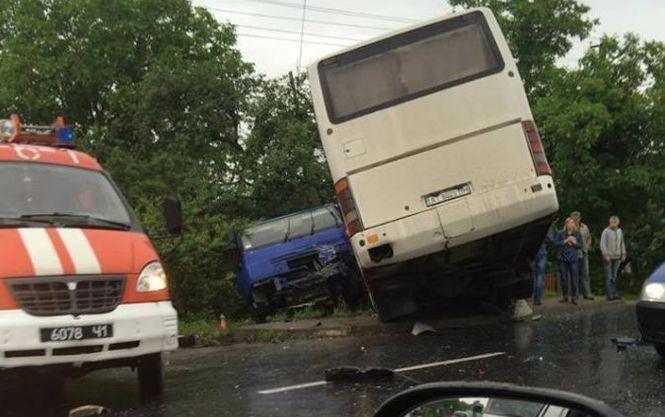 На Львівщині сталася моторошна смертельна ДТП: бензовоз врізався в автобус, серед постраждалих діти
