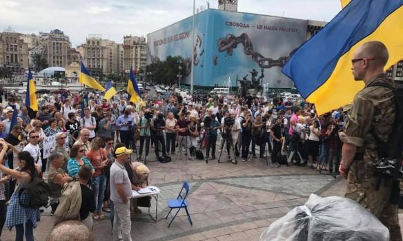 Що там коїться? На Майдані Незалежності сотні людей. Вони вимагають…