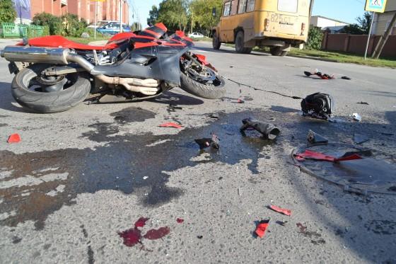Його просто розчавило… У Києві легковик переїхав мотоцикліста, ці кадри НЕ ДЛЯ СЛАБКИХ