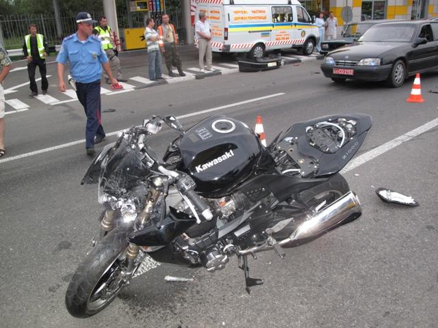 На Львівщині сталась ДТП за участі мотоцикла і авто. Є постраждалі