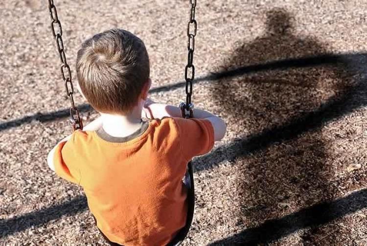 """""""Смертельні качельки"""": Те що сталося з дитиною на дитячому майданчику, доводить до сліз"""