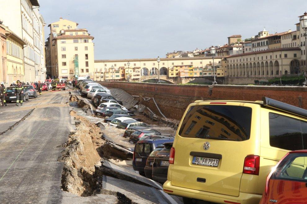 ТЕРМІНОВО!!! У Києві автівки провалилися під землю, причина вас точно приголомшить