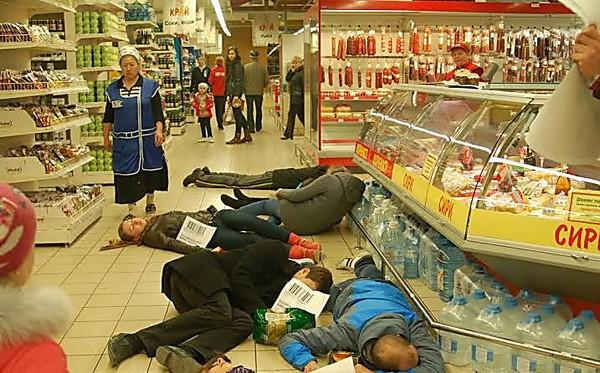 Побили і плюнули їй в лице! В Одесі розгорівся скандал у відомому супермаркеті (ВІДЕО)