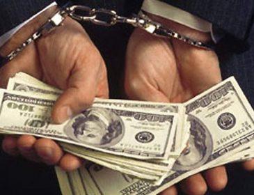 Не зарплатою єдиною! Чиновник митниці погорів на хабарі. Від цієї суми зомліти можна