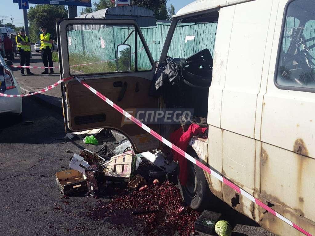 Страшно навіть дивитись: У Києві мікроавтобус врізався у металеву опору! Є загиблі! (ФОТО)