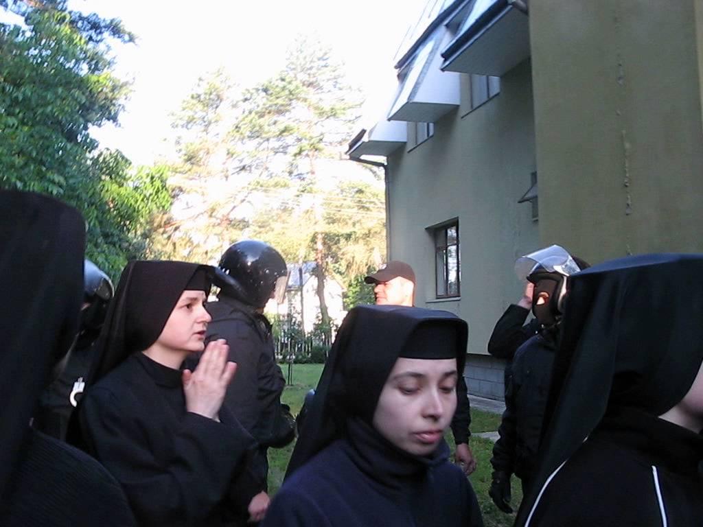 Під Львовом жіночий монастир закидали коктейлями Молотова, постраждало 20 черниць
