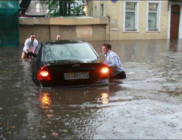 Оце так ЗАТОПИЛО! Від наслідків негоди Москва оговтається не скоро! Підтопило навіть Думу ( ВІДЕО)