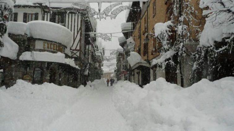 """""""Падав літній сніг…"""" Один із найвідоміших курортів засипало снігом по коліна! Ви маєте це побачити"""