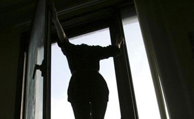 Прямо на очах сестри…Жінка вистрибнула з вікна лише щоб та…Подробиці жахливого самогубства