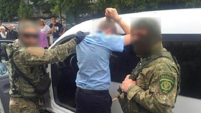 В нашій країні нічого не міняється… На Львівщині зловили митника на такому хабарі, що аж очі на лоба лізуть