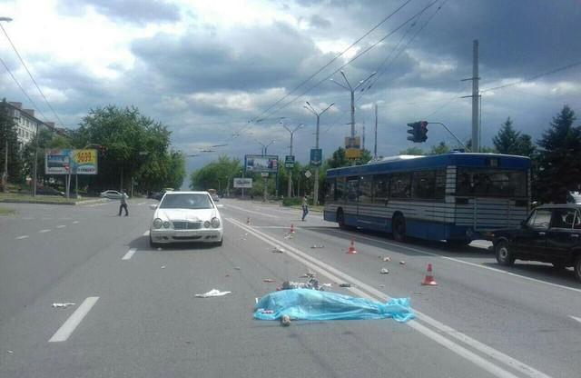 Куди він дивився? Водій легковика біля Рівного на пішохідному переході збив пенсіонерку з онуком