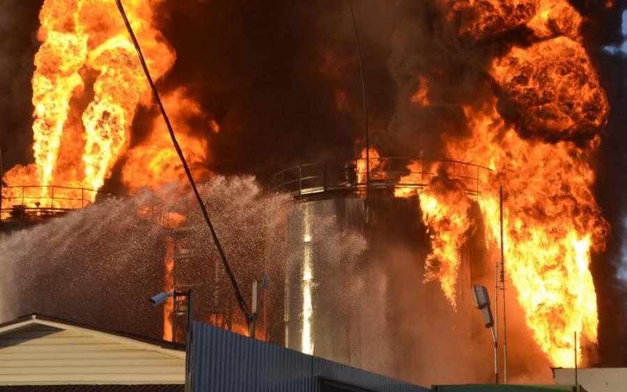 В небо Дніпра підняли авіацію! Страшна пожежа, може викликати екологічну катастрофу (ФОТО)
