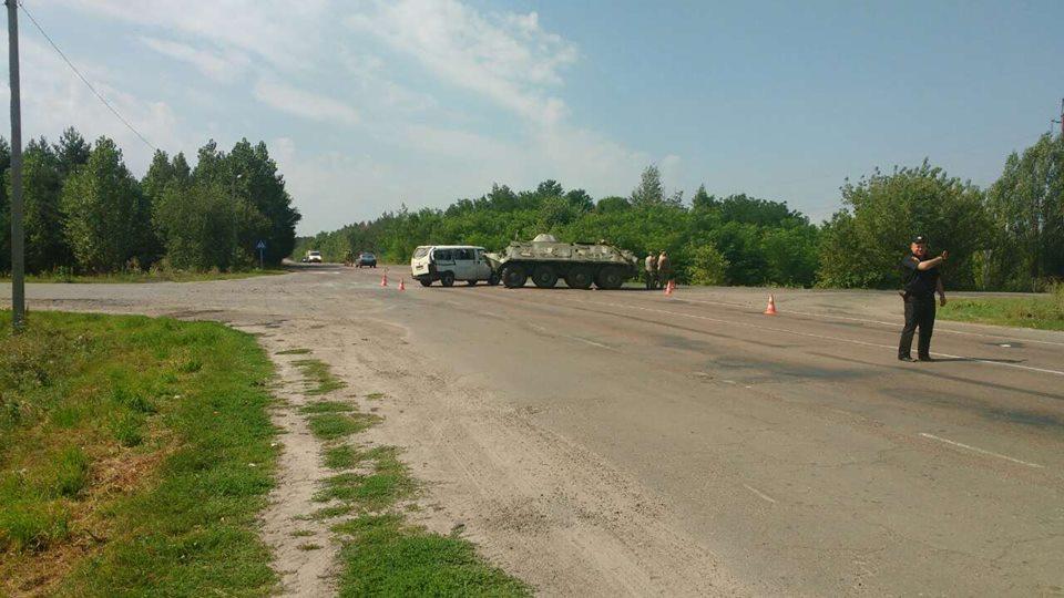 Страшна ДТП за участі військової техніки! У Рівненській області БТР протаранив автобус. Є постраждалі