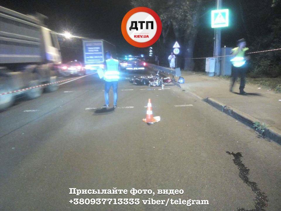 Йому відірвало стопу… На виїзді з Києва зіткнувся мотоцикл з автомобілем, наслідки ДТП жахають (ФОТО 18+)