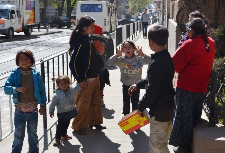 Нечувана жорстокість! Те, що роми зробили з вагітною жінкою та неповнолітньою дитиною лякає (Відео +18)