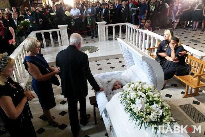 А він що там забув?: У Мережі з'явились перші фото з похорону Ірини Бережної. Тільки подивіться, хто прийшов попрощатись з нардепкою
