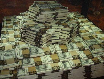 Таких грошей навіть президент не бачив: хто з держслужбовців б'є рекорди в Україні по преміях