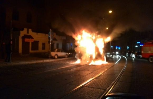 Спалахнув як сірник!!! У центрі Львова просто на ходу загорівся трамвай з людьми, всі в шоці