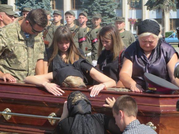 """""""На колінах стояла вся площа…"""" Україна прощалась із відомим, загиблим в АТО полковником"""