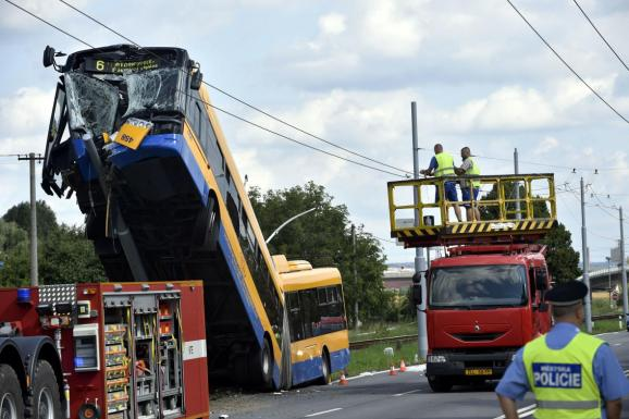 Страшне видовище!!! В столиці сталася моторошна ДТП за участі тролейбуса