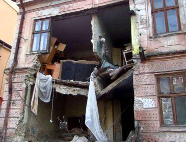 Будьте обережними!!! У Львові на чоловіка впав шмат будинку, це страшні муки