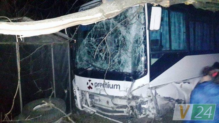 Справжнє пекло: Автобус на повній швидкості врізався в стіну, кількість загиблих доводить до істерики