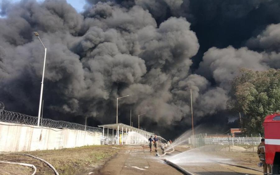 Палає усе навколо! Надпотужну пожежу в Миколаєві не можуть погасити: моторошні кадри