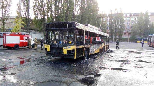 Спалахнув як сірник!!! У Києві вщент згорів тролейбус, там було справжнє пекло