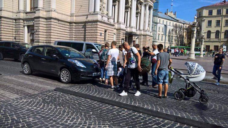 ШОК!!! У центрі Львова на переході біля Оперного збили жінку, перехожі знімали авто з потерпілої