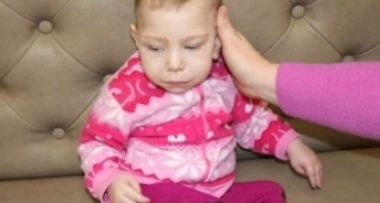 Мама з горя наклала на себе руки… Тато маленької Єсенії просить допомогти зібрати кошти для реабілітації доньки
