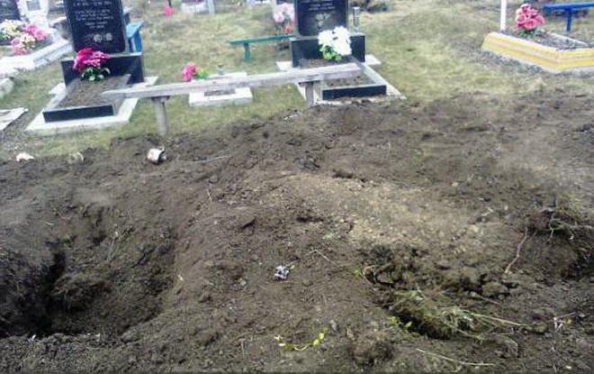 Сувора Росія… Мертву жінку викопали з могили, а потім кинули її просто на труну, а все через…
