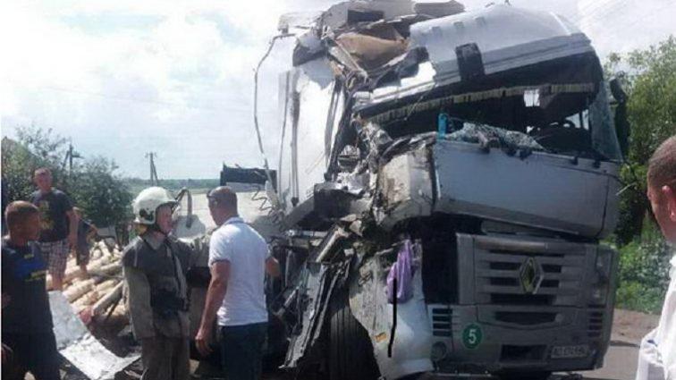 Справжнє жахіття!!! На Львівщині сталася моторошна ДТП: вантажівка та бус вщент розбиті, є постраждалі