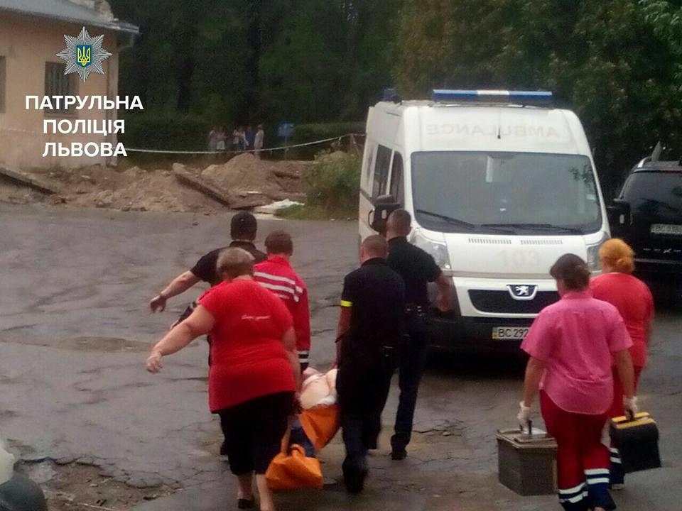 Кров залила всю вулицю: у Львові сталася страшна різанина, порізали хлопчика і жінку (фото)