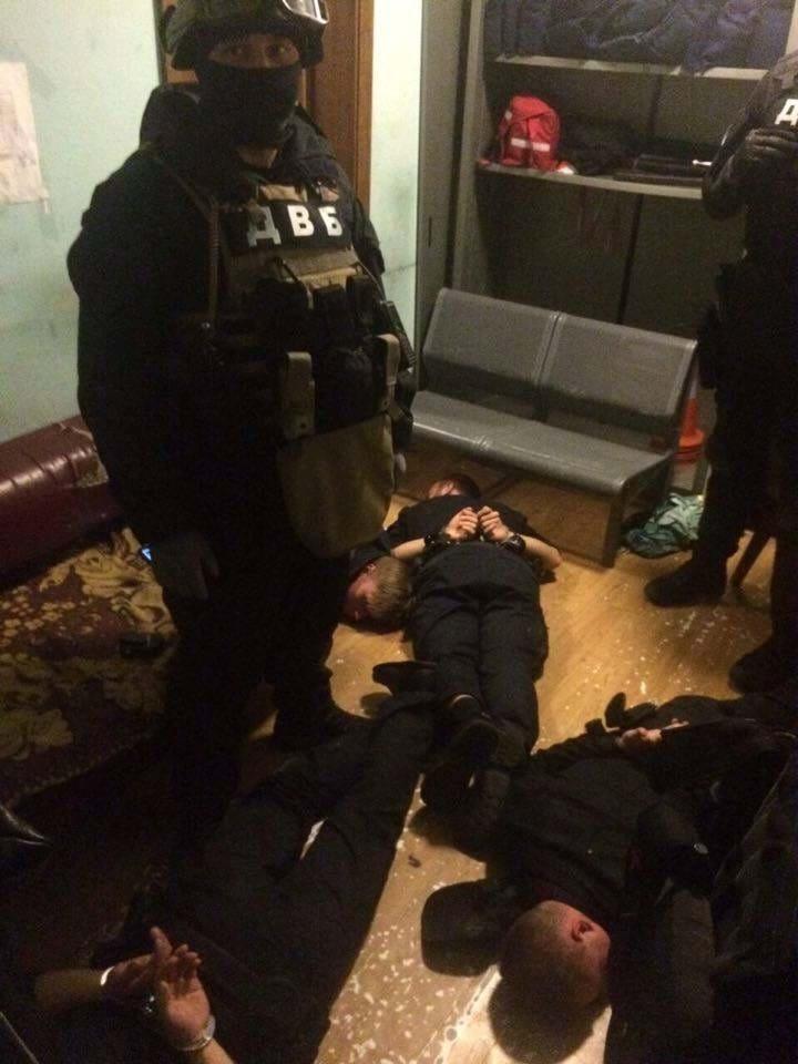 Жорстоко катували та грабували…. Прокуратура затримала банду поліцейських. Те, що вони робили не вкаладається в голові