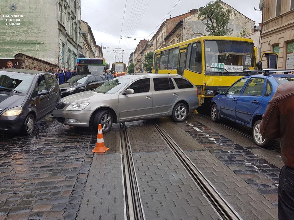 Відмовили гальма… Водій Львівської маршрутки спричинив масштабну ДТП. Машини просто розкидало