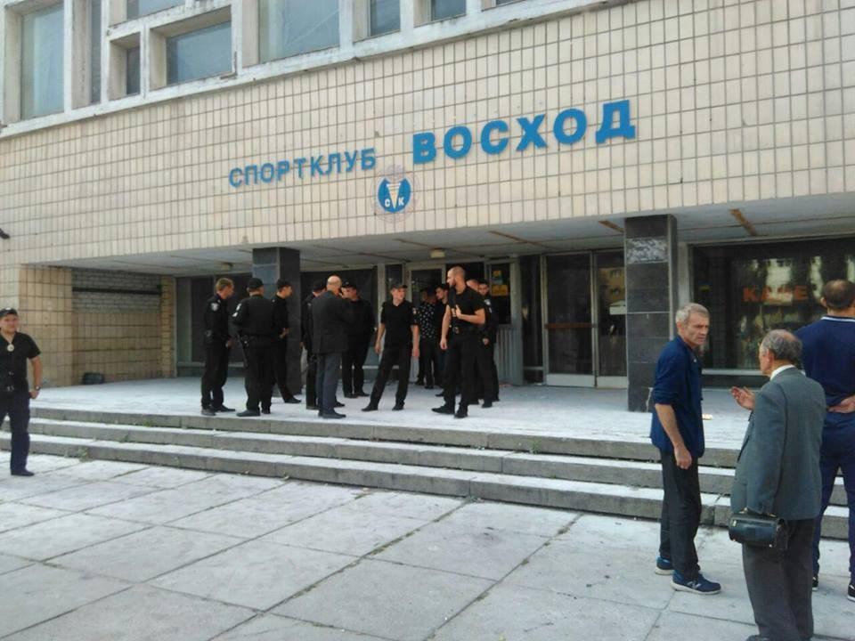 З кулаками і холодною зброєю! Невідомі намагалися захопити спорткомплекс у Києві. Є поранені