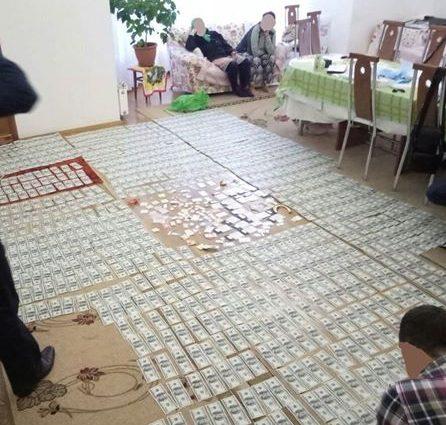 """""""Доріжки з грошей і…"""": Те, що знайшли в одіозного чиновника часів Януковича шокувало всю країну"""