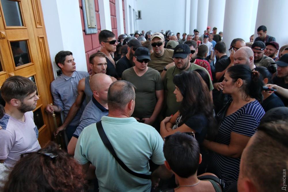 """""""Одне фото про все"""": Мережу вразило фото дівчинки із зустрічі з мером Одеси"""